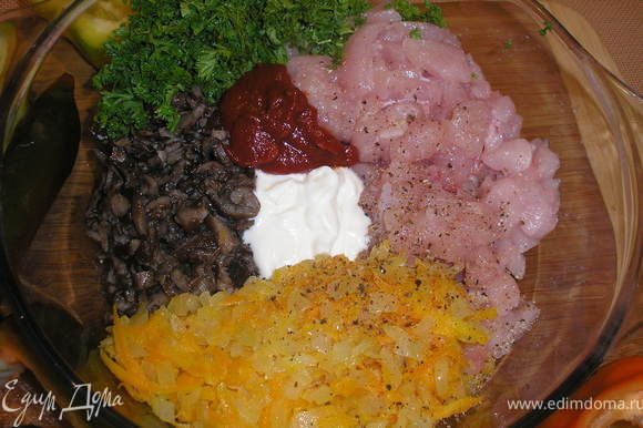 Жаренные опята и овощи, мясо грудки, рубленую зелень, сметану, майонез и томатную пасту тщательно перемешиваем. По вкусу добавляем соль и молотый перец. Наполняем перцы нашей начинкой.