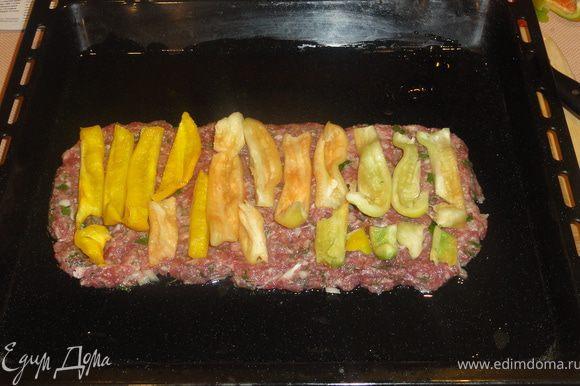 Выкладываем полоски желтого перца.
