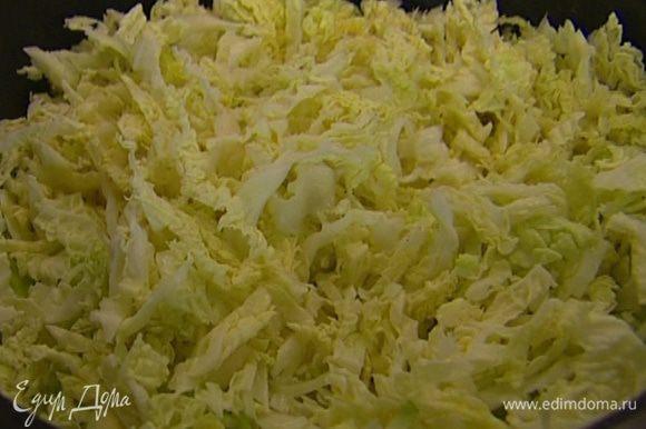 Нашинковать 2/3 оставшейся капусты, удаляя грубые черенки.