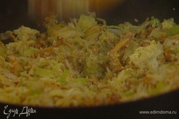 Миндаль измельчить в блендере в мелкую крошку и добавить к капусте с грибами.