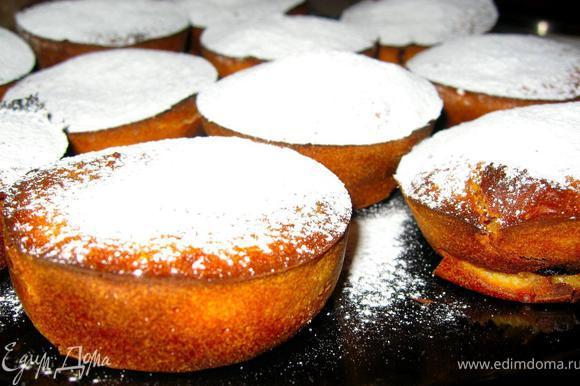 Добавить в тесто яблоки, инжир, изюм, цедру, корицу и соль. Духовка должна быть предварительно прогрета до 180гр. Смажем форму для маффинов сливочным маслом, выложим на 2/3 объема смесь в каждую секцию и поставим в духовку минут на 20. Готовые бустренго посыпать сахарной пудрой и какао. (Если вы будете выпекать большой бустренго 28 см, то время выпечки увеличится до 35-40 минут и в процессе выпекания необходимо будет накрыть форму влажной бумагой для выпечки, чтобы верх не подгорел.)