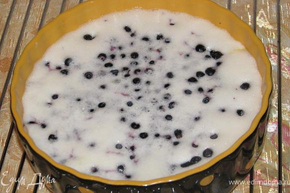 В предварительно смазанную сливочным маслом форму для запекания влить яично-сливочную массу. Выложить чернику (у меня - замороженная), слегка утопив ее в тесте.