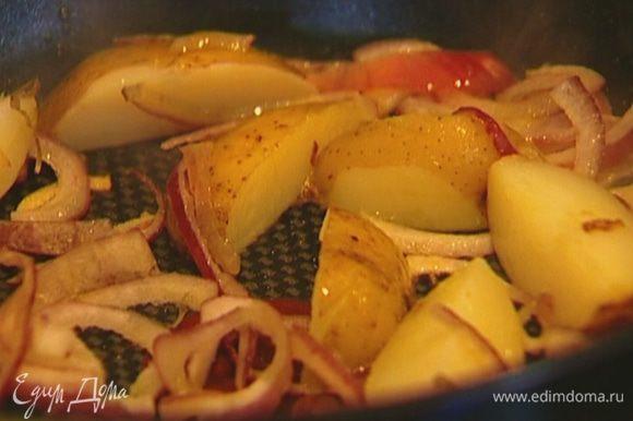 Готовый картофель разрезать на 4 части, добавить к луку и обжаривать до золотистого цвета.