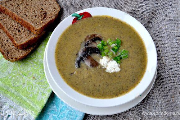 Куриный или овощной бульон довести до кипения,посолить по вкусу,в кипящий бульон добавить нарезанную кубиками мякоть тыквы и очищенный и нарезанный кубиками картофель.Довести овощи до готовности.Пока овощи варятся в сковороде разогреть оливковое масло(можно подсолнечное или сливочное),добавить очишенный и мелко нарезанный репчатый лук,жарить помешивая минут 5,добавить нарезанные произвольно шампиньоны,убавить огонёк и тушить всё помешивая до готовности минут 12-15. В бульон с овощами добавить шампиньоны с луком,довести до кипения и варить 5 минут,помешивая.Готовый суп измельчить в пюре с помощью блендера,вернуть на плиту,влить сливки или молоко,помешивая приправить солью,прецем,мускатным орехом,как только суп закипит,сразу выключить.Продавать псыпав зелёным луком со сметаной или творожным сыром. Рецепт родился совершенно спонтанно! В наличии был куриный бульон,шампиньоны и тыква,а я большая любительница тыквенных супов,вот и решила поэксперементировать,получился очень нежный,шампиньоново-тыквенный крем-суп!Приятного аппетита!