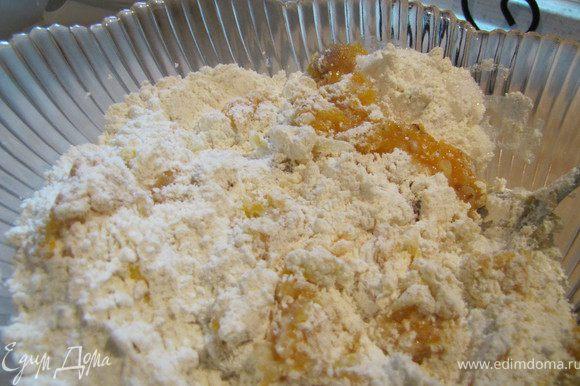 Поместить в миску муку, желтки, сахар, тертое яблоко, тыквенную кашу/пюре, разрыхлитель, ваниль и корицу