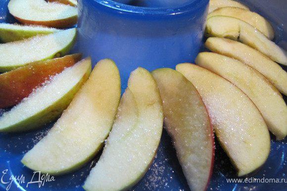 Яблоко разрезать на дольки, выложить в форму веером, притрусить сахаром