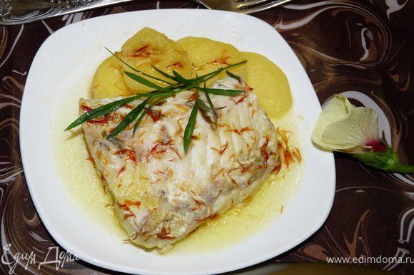 Готовое блюдо сервируем, украшаем веточками тархуна,подаём и получаем наслаждение вкусом. P.S. Шафран Вы можете залить кипятком заранее, если хотите придать блюду более насыщенный цвет