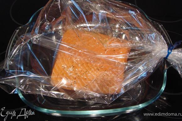 Положить шкуркой вниз. Посолить, поперчить, смзать оливковм маслом и упаковать в рукав для запекания. Запекать в духовке, разогретой до 220℃ в течение 20 минут.