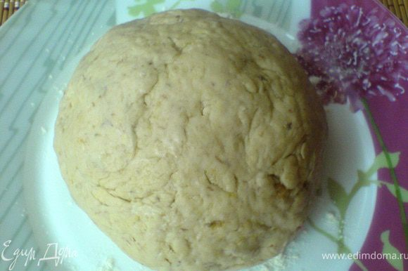 Мы оставили треть теста, и из неё мы приготовим печенье. Добавим к тесту для кексов 100 г муки и 1 ч.л. разрыхлителя, вымесим быстро мягкое тесто. Сформируем шар, накроем плёнкой и оставим в холодильнике на полчаса.