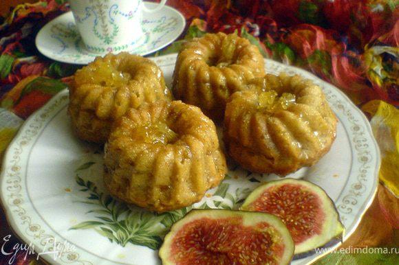 Остывшие тем временем кексы вынимаем из формочек и смазываем глазурью при помощи кисточки. Украшаем сверху лимонными цукатами. Остывшую глазурь можно слегка подогреть, чтобы удобнее было с ней работать.