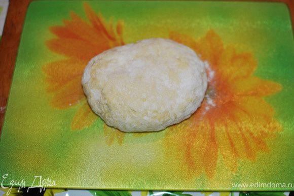 Разбить яйца и смешать с растительным маслом, водой , уксусом, Добавить муку и замесить тесто.