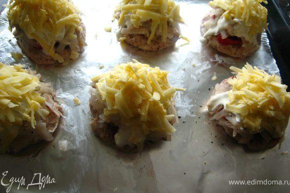 Сверху щедро присыпаем сыром и отправляем в разогретую до 180гр духовку, на 25-30 минут.