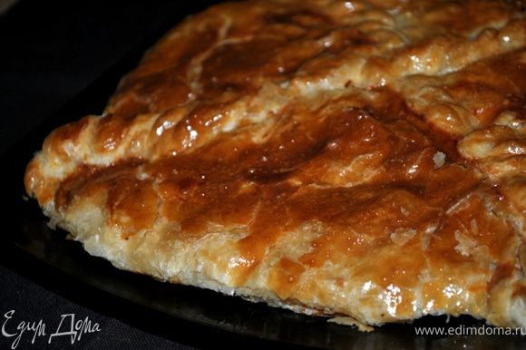 Смазать яйцом и выпекать в нагретой до 200 гр. духовке около 30 минут.