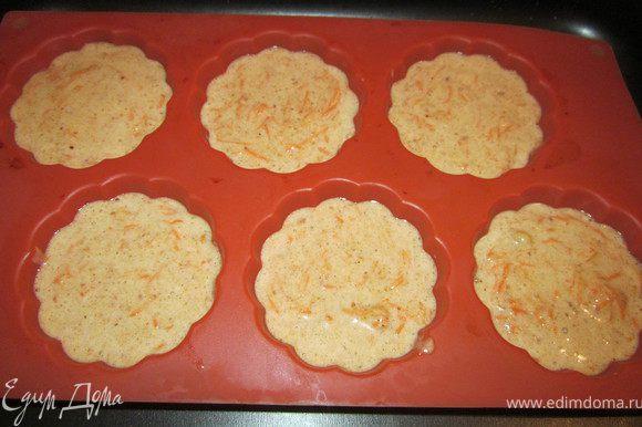 Яйца взбиваем с сахаром в течении 5 минут. Масло растопить в микроволновке. Добавляем яичную смесь и масло с морковью. Аккуратно перемешиваем и выкладываем готовое тесто в формочки.