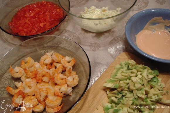 Смешать помидоры, мелко нарубленный зубчик чеснока, креветки, мясо криля и авокадо.
