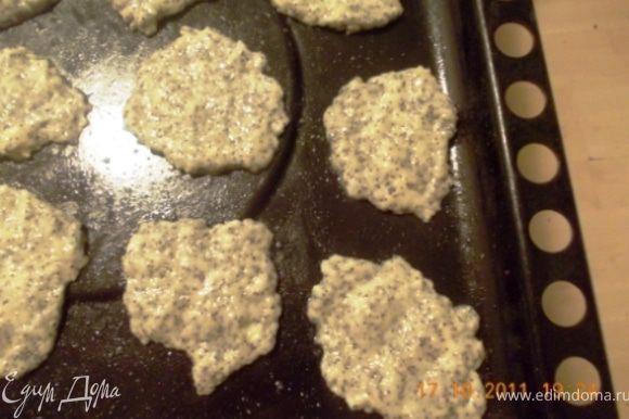 Вообще-то надо было раскатать тесто и формочками печеньки нарезать, но очень мне хотелось побыстрее попробовать, интересно же:), поэтому налепила я на противень лепёшек и в духовку запихнула, при 200 гр. пеклись они минут 15