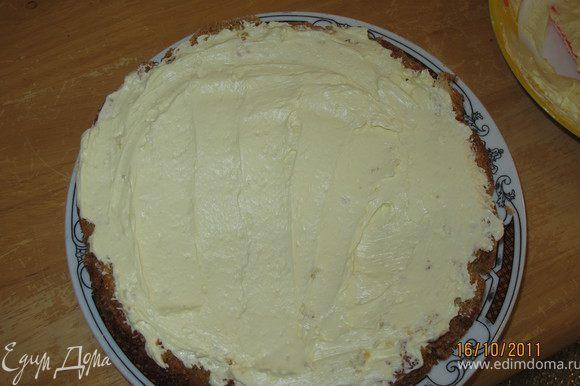 На корж, который будет сверху коржа с желе выложить половину сливочного крема.