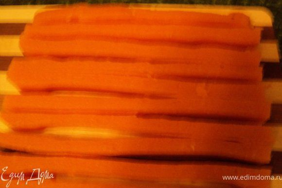 Застывшее суфле порезать полосками сечением 1.5х1.5см по длине формы для торта.