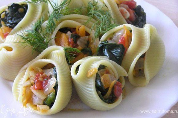 В каждую ракушку положить по 2-3 ч.л. овощной начинки, посыпать укропом. Подавать немедленно!