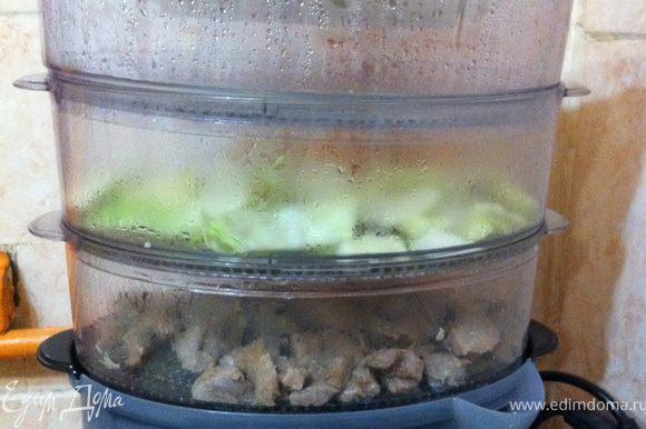 Мясо порезать соломкой поперек волокон и замариновать в соевом соусе и натертом на мелкой терке имбире минимум на 30 мин. (у меня больше часа получилось). В подднон пароварки наливаем воду. Первым ярусом кладем то что дольше всего готовиться-мясо. и сразу же 3-им ярусом выставляем чашу для риса, куда выкладываем рис и заливаем кипящей подсоленой водой. Потому что чем выше от паддона находится продукт, тем дольше он готовиться. Такое мясо готовиться примерно за 50-60 мин, а рис 30 мин. (это с учетом на разогрев пароварки 7-10 мин.) поэтому на разных ярусах они приготовятся одновременно. Второй ярус пока оставляем пустым, но все равно выставляем, потому как третий на первый не становится в моей пароварке. Выставляю таймер на 50 мин. За 15 мин до окончания цикла во второй поддон положить крупно порезанную капусту.
