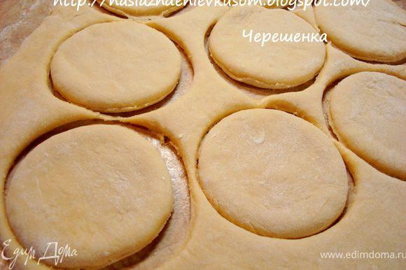 Добавить в яичную смесь масло, перемешать, а затем муку и быстро замесить тесто… Тесто получается мягким и липким, но добавочно муки лучше не добавлять, т.к. коржики станут жесткими… Раскатать тесто на хорошо присыпанном мукой столе толщиной в 1см и круглой формочкой или просто стаканом вырезать коржики…