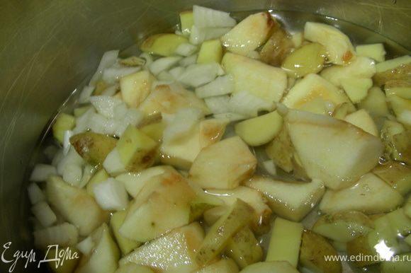 Кладем овощи (кроме свеклы) в кастрюлю и добавляем воды, немного, чтобы она только покрыла овощи, и готовим на медленном огне 10 минут. (Можно их и обжарить, я пробовала и так и так).