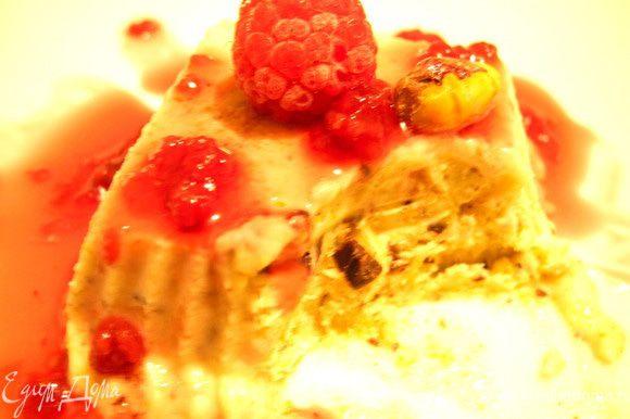 Но и тут захотелось покреативить, вот и дополнила я десерт разными добавками: ягодами, орехами, шоколадом. Замораживались в морозилке они у меня часов 7. Очень вкусным мне показался вариант с кусочками горького шоколада, который я дополнила малиновым соусом.