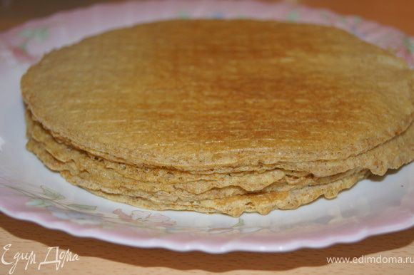 Делаем тесто на блинчики: яйца сбиваем с сахаром, молоком, солью и мукой до состояние жидкой сметаны, как на блинчики. Я жарила в вафельнице, можно на небольшой сковороде.