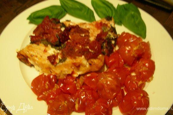 Выкладываем рыбку и помидорчики на тарелки, присыпаем или украшаем свежим базиликом и подаем. Приятного аппетита!