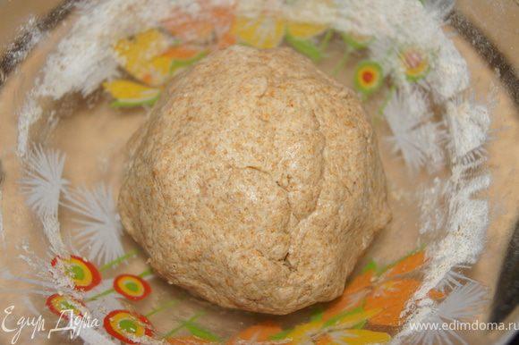 Кефир, масло смешать, добавить муку, соль, паприку и замесить мягкое тесто.