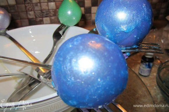 Зацепить шарик на вилку сушиться. Через 2-3 минуты шарик повторно окунуть. Повторить 3-4 раза.