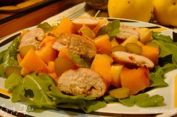 Нарезать произвольно все испечённые ингредиенты.На тарелку выложить рукколу,а сверху кусочки тыквы,айвы и курицы.Полить заправкой и посыпать тыквенными семечками.Можно украсить салат листиками кинзы.Приятного аппетита!