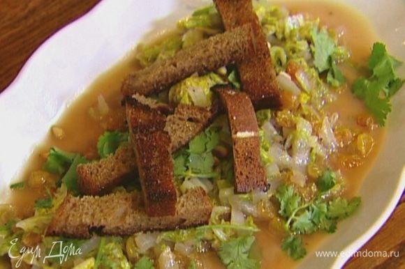 Разогреть в сковороде оставшееся оливковое масло, выложить хлебные палочки, посолить, поперчить и обжарить до золотистого цвета, затем выложить гренки на салат.