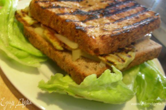 На тарелку выкладываем листья салата, на них наш сэндвич и подаем. Приятного аппетита!