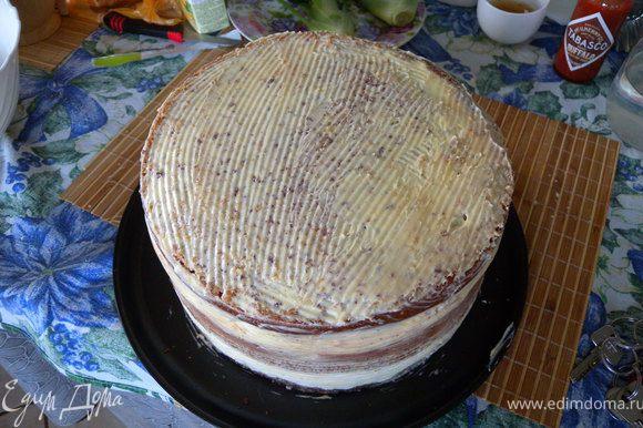 Приготовить масляный крем. Взбить мягкое масло в сахарной пудрой. Пройтись по всему торту. Выровнять. отправить в холодильник. Это для того, чтобы мастика приклеилась.