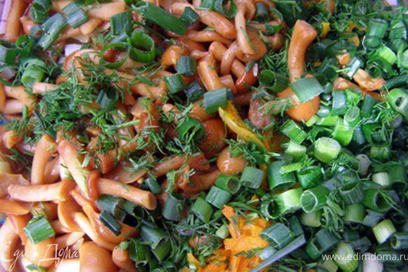 3) Добавить охлаждённые лук и морковь к остальным ингредиентам, обсушенные опята (более крупные грибы порезать пластиками), порубленную зелень, консервированный горошек.