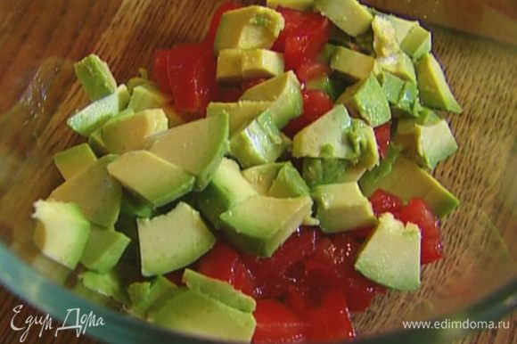 Авокадо почистить и, удалив косточку, нарезать небольшими кубиками.