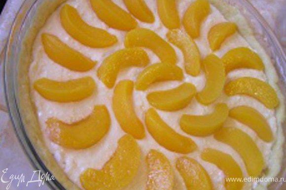 добавить в творожную массу, аккуратно перемешать, выложить на тесто в форме, разровнять. Персики нарезать дольками, разложить сверху.