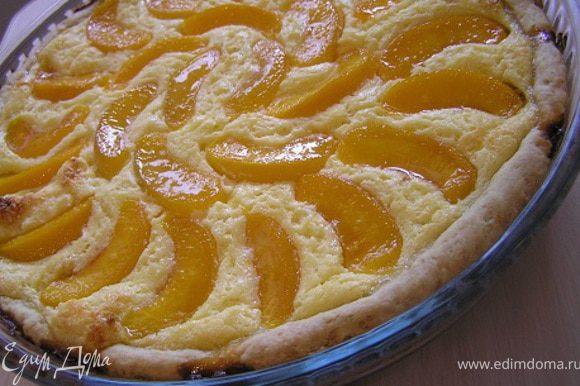 Перед подачей смазать персики сиропом.