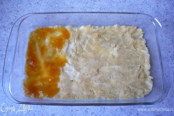 Абрикосовое варенье подогреть и выложить его на тесто.