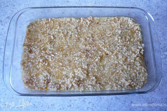 Ореховую массу распределить на тесте и запечь в предварительно разогретой до 180°C духовке минут 45.