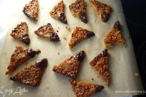 На паровой бане растопить шоколад и окунуть ореховый уголок в него, выложить на бумагу для запекания и дать затвердеть шоколаду.