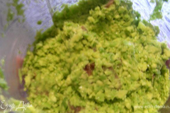 Авокадо моем, чистим и измельчаем в блендере (у меня оно было твердоватенькое, поэтому получилось такими маленькими кусочками), сбрызгиваем его лимонным соком. Анчоусы мелко режем, добавляем к авокадо и все перемешиваем.
