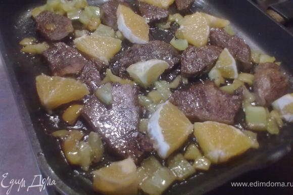 Мясо достать из маринада и обжарить на сковороде на подсолнечном масле. Болгарский перец нарезать и отправить на сковороду к мясу. Половину апельсина очистить от кожуры, нарезать кусочками 2-3 см. и отправить обжариваться на сковороду. Когда мясо обжарится с двух сторон, выливаем маринад на сковороду и держим еще минут 7-10.