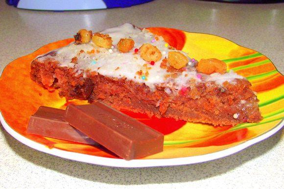 Когда торт испёкся, дать ему время остыть, затем покрыть его глзурью( я покрывала он был ещё горячим). Украсить кокосовой стружкой и кондитерским украшением. Примерно на час отправить холодильник. Торт готов!=)