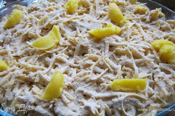 Тертый сыр смешать со взбитым яйцами.И вылить на макароны.Посыпать сверху сухарями,положить кусочки масла.