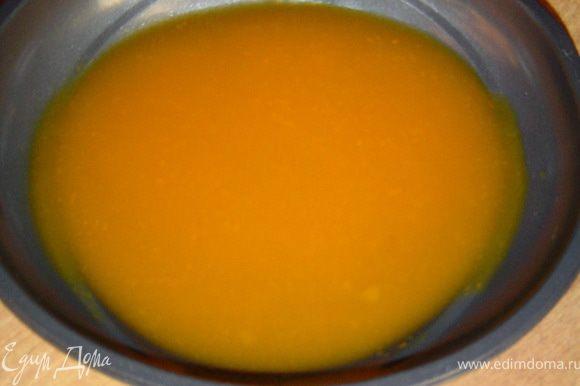 В форму послойно добавляем тыквенное пюре и молоко, чередуя слоя, причем каждому слою даем застыть в холодильнике.