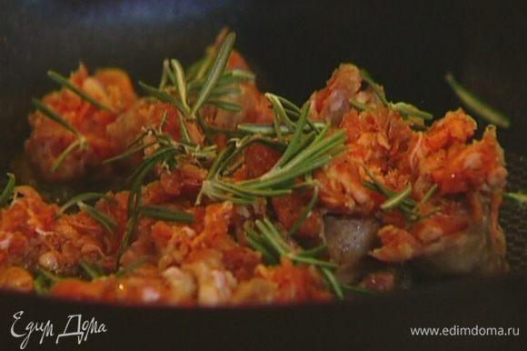 В отдельной сковороде разогреть оливковое масло, выложить нарезанные купаты, добавить листья розмарина и тимьяна. Периодически перемешивая, обжарить фарш до готовности.