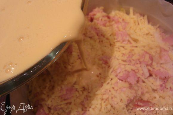 Яично-сливочную массу вылить аккуратно на картофель.