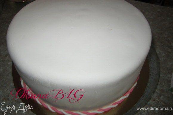 Прикрепить по низу торта.
